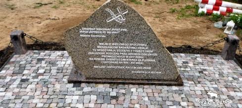 Montaż obelisku w Nadarzynie